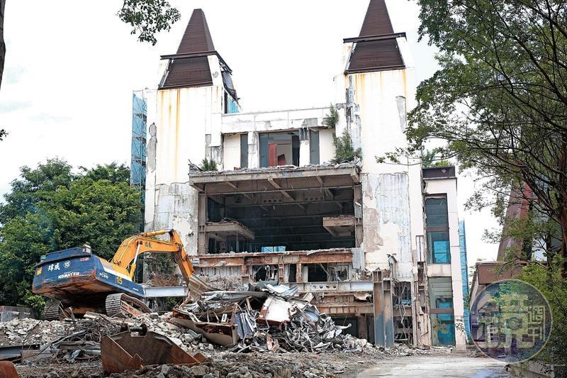 拆除作業正如火如荼展開,隨著怪手揮舞大鏟,昔日夢幻莊園的場景已不復存在。