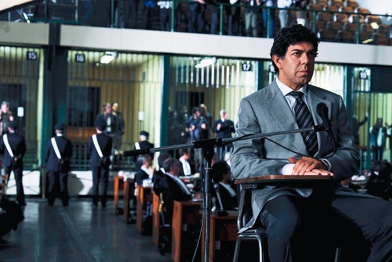 前黑手黨要員改任污點證人揭發腐敗的黑幫祕辛,導演用此真實故事檢視幫派精神變質,庭訊戲拍得超級精彩。(可樂提供)
