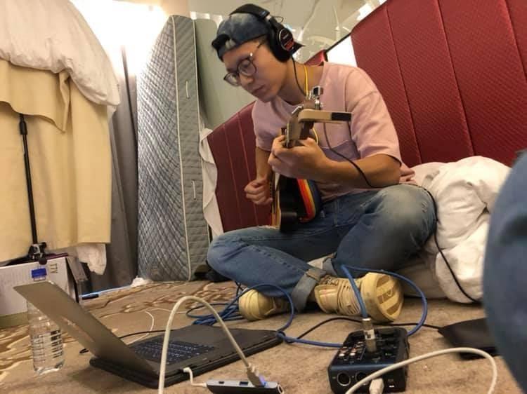 韋禮安參與今年國際音樂創作營,在房內和其它創作者激盪創作火花。(翻攝自陳鈺羲臉書)
