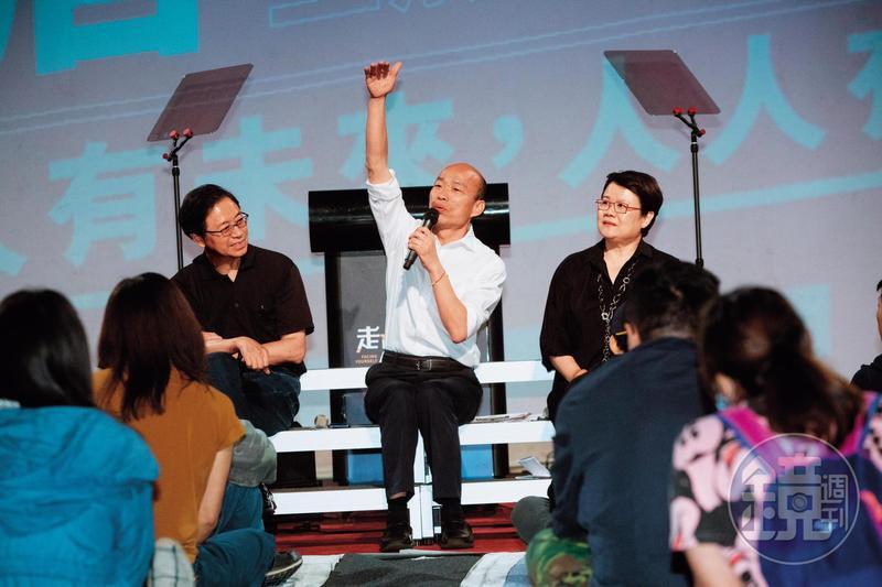 為複製去年高雄市長勝選模式,韓陣營全力布局空軍,首場青年論壇透過官方LINE及挺韓網紅號召近2萬人上線。