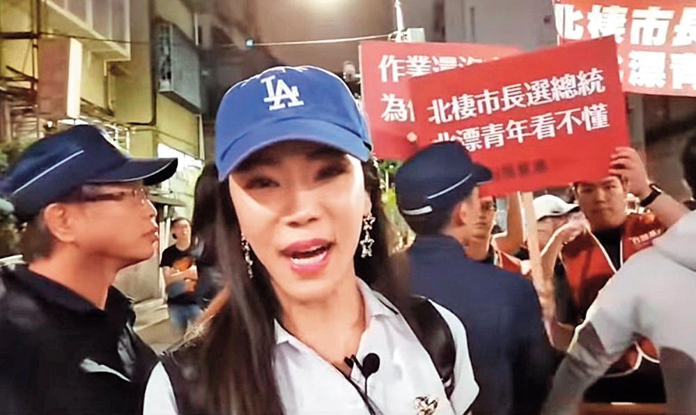 外型亮眼的高鈞鈞,常在韓國瑜造勢場合直播,官方臉書粉絲團的貼文,也有近10萬韓粉按讚。(翻攝鈞鈞YouTube)