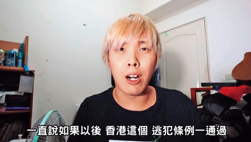 年約20多歲、染著一頭金色頭髮的寒國人,平時是爵士鼓老師,目前是挺韓YouTuber中訂閱數最多的網紅。(翻攝寒國人YouTube)