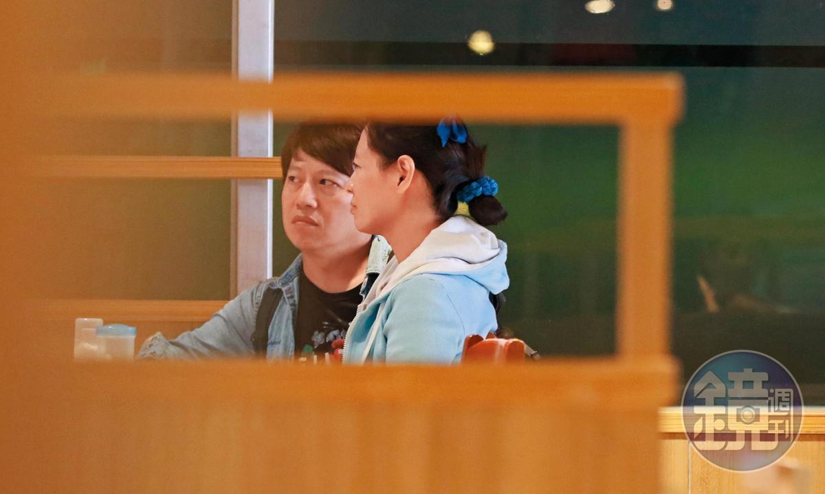 21:44 就算是坐在普通、平價的速食店,陳孝萱跟柳建名還是滿臉幸福。