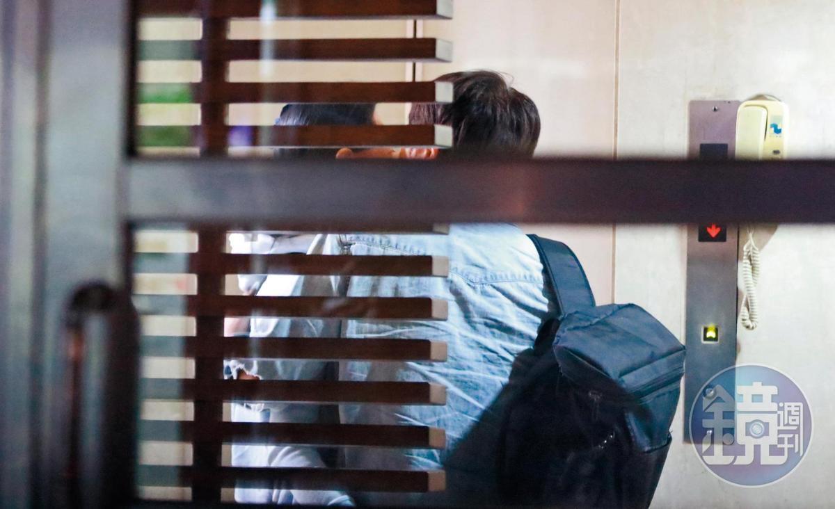 22:06 回到陳孝萱家後,柳建名忍不住親了女友一下,看來他們仍然保有生活的小情趣。