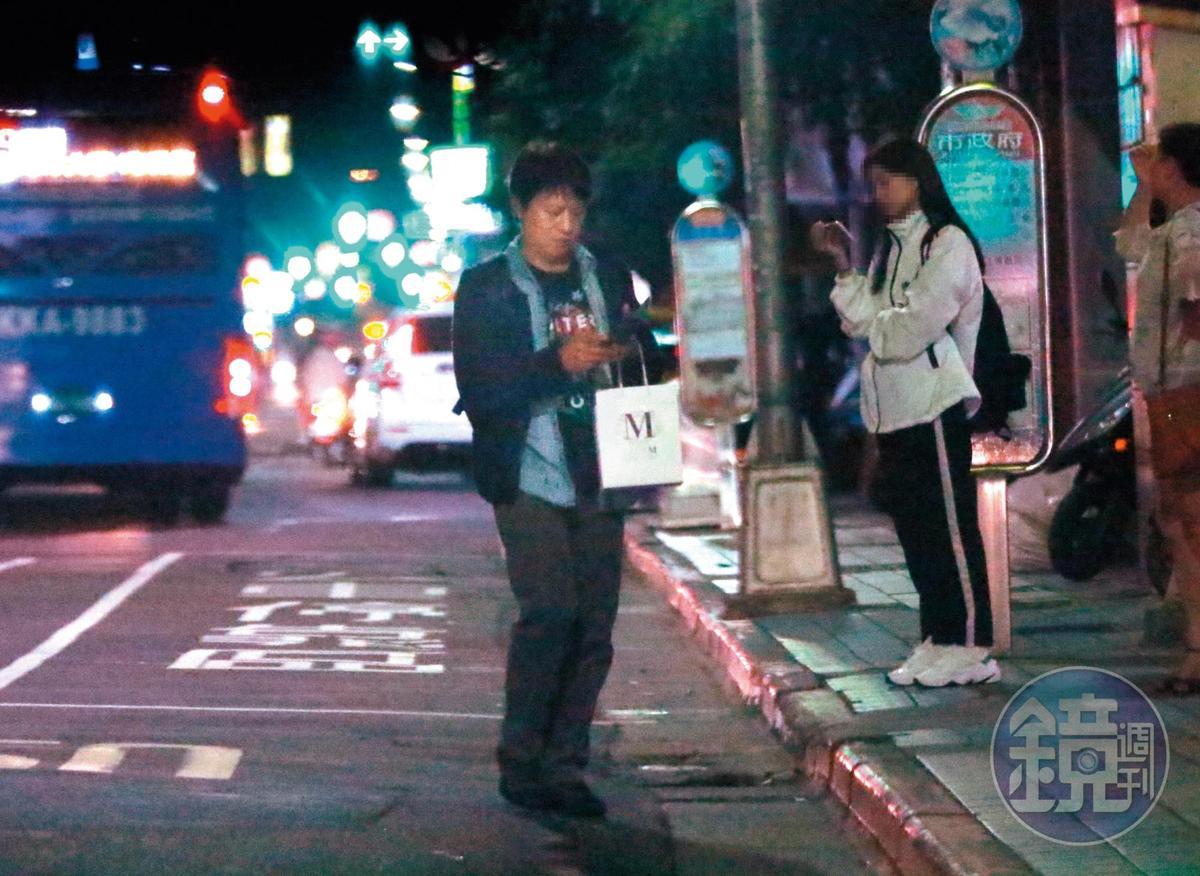 22:52 下車之後,柳建名忙著滑手機,跟一般時下年輕人無異。