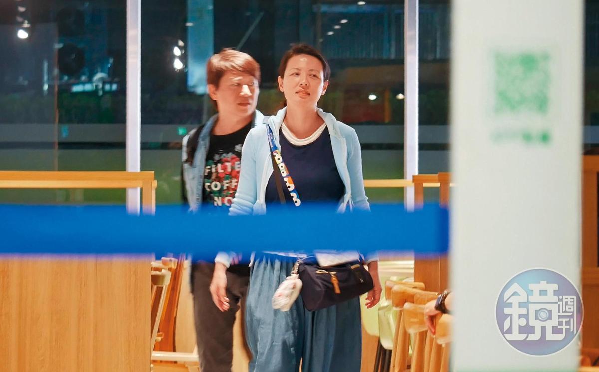 21:57 用完餐後,陳孝萱跟柳建名看似有其他副業,也跟直銷方面稍微取經。