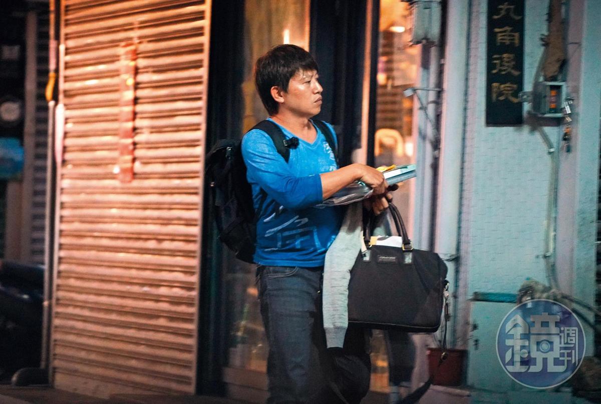 20:42 不只約會,柳建名的咖啡事業也頗忙碌,還曾接受多家媒體訪問。