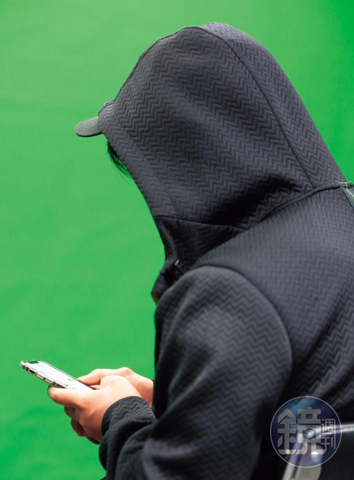X先生(圖)秀出手機內的受害者群組表示,李冠億在兩岸到處騙錢,甚至有大陸受害人被騙了人民幣800萬元(約新台幣3400多萬元)。