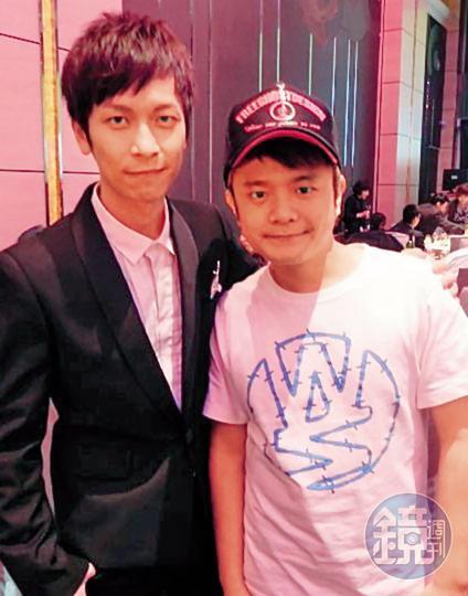 李冠億也曾跟知名歌手張智成(左)合照。(讀者提供)