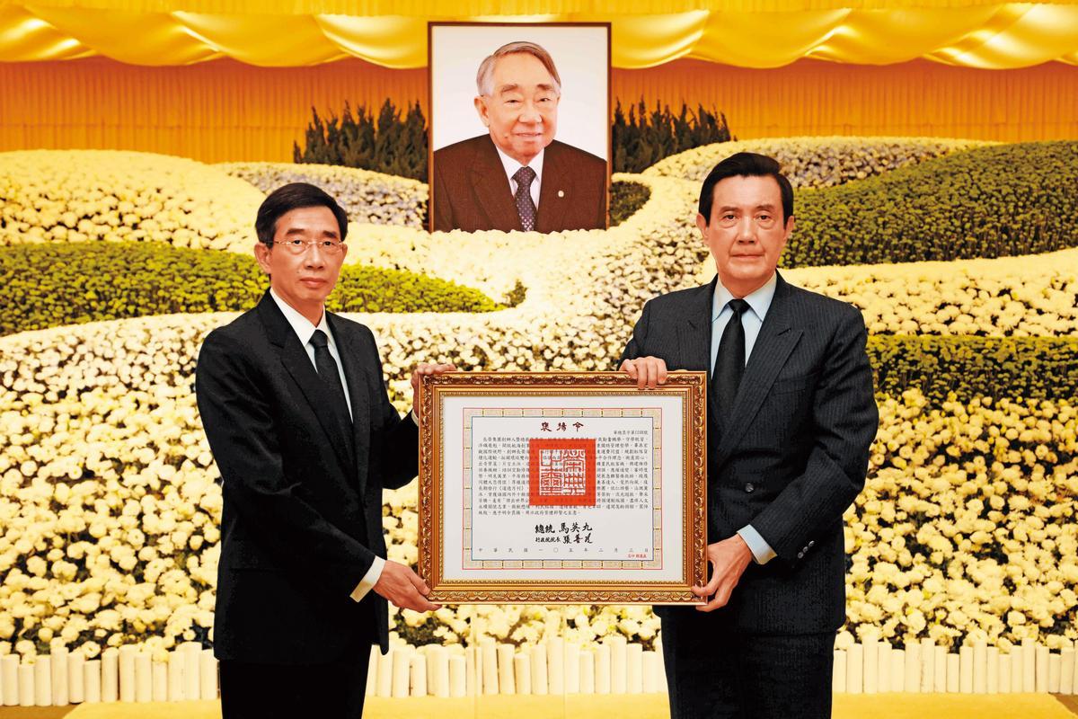 張榮發2016過世後,長子張國華(左)從時任總統馬英九(右)手中接下褒揚令。(長榮提供)