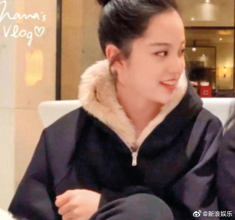 儘管不肯鬆口認戀情,但歐陽娜娜9月才被抓包穿了陳飛宇的外套,日前又被發現穿同款毛領外套。(翻攝自微博)