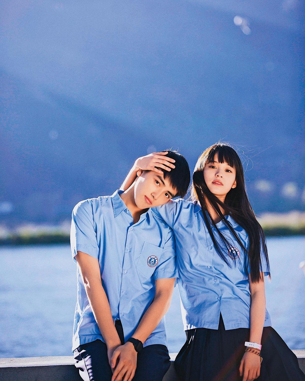 歐陽娜娜(右)與陳飛宇(左)在2017年電影《秘果》組CP,兩人的互動也充滿粉紅泡泡,甜到令人嫉妒。