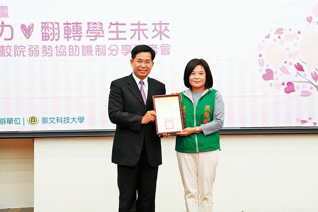 目前張榮發(文教)基金會及慈善基金會的董事長都是鍾德美(右)。
