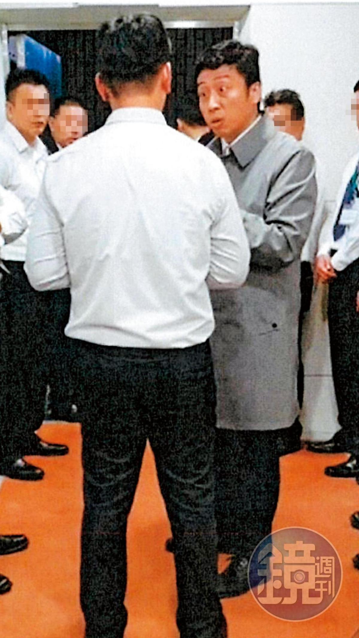 張國政連襟謝國獻去年12月想闖入張榮發(文教)基金會董事會場,遭保全勸阻。(讀者提供)