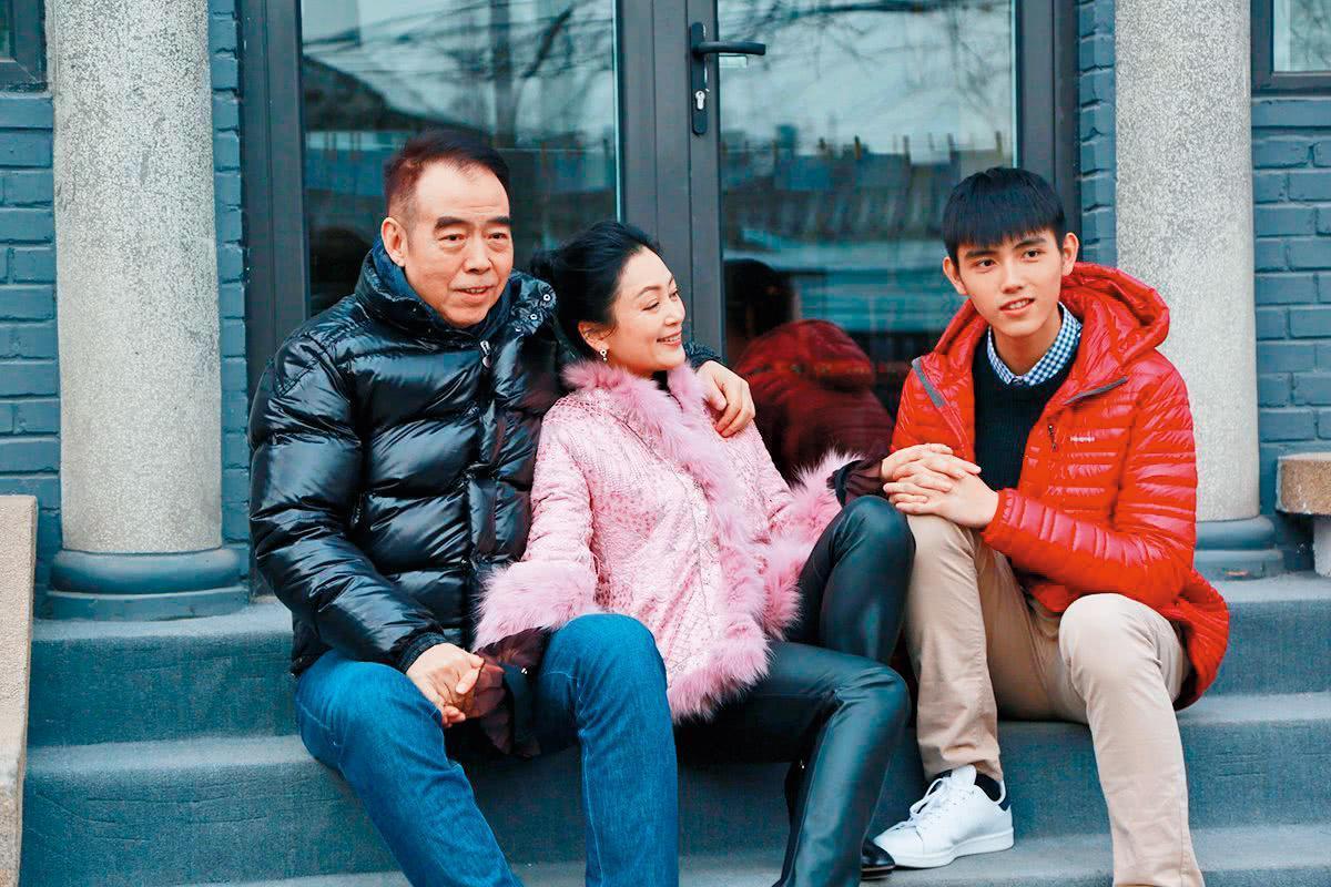 陳飛宇(右)背景強大,爸爸是名導陳凱歌(左),媽媽也是曾被稱為「第一美女」的女星陳紅(中)。(翻攝自陳飛宇微博)
