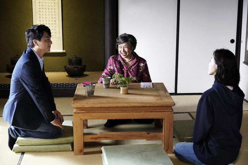 台劇《俗女養成記》母親楊麗音為女兒陳嘉玲安排相親場景,就選在「三一宅藝空間」拍攝。(俗女養成記劇照)