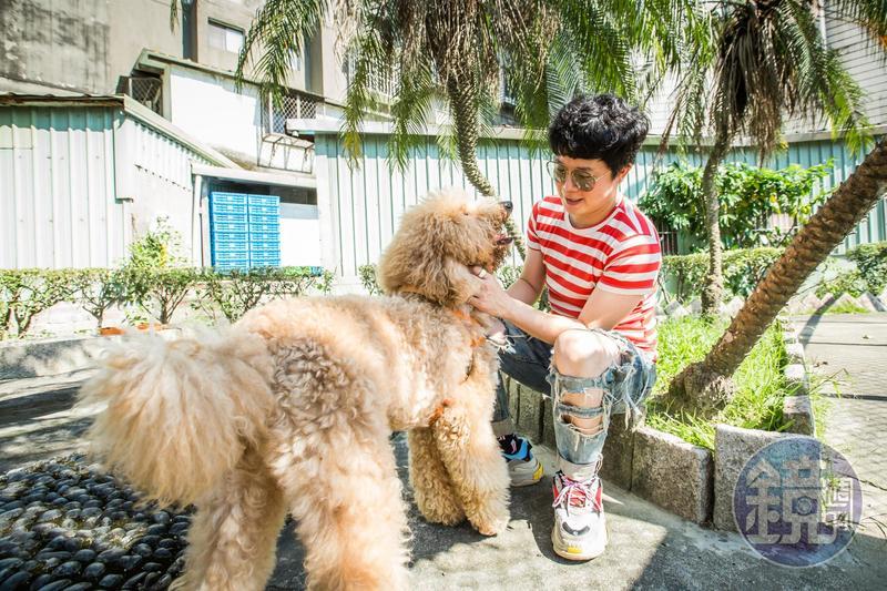 工作再忙的倪良瑋,每天仍會抽空帶愛犬樂樂出門散步、曬太陽。