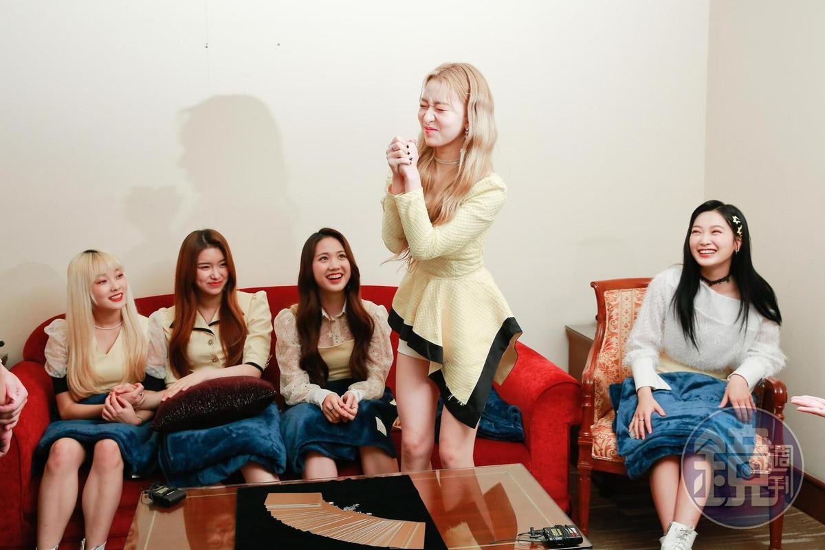 隊長YOUI(右二)代表DreamNote抽牌,好奇團體何時能爆紅。增加戀愛運提升桃花運愛情怎麼招桃花