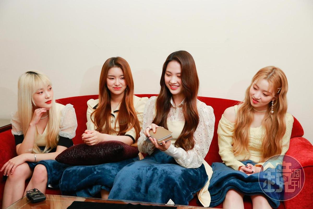 Sumin(右二)及Eunjo(右三)接連抽到相同的易經牌,讓全員十分驚訝。增加戀愛運提升桃花運愛情怎麼招桃花