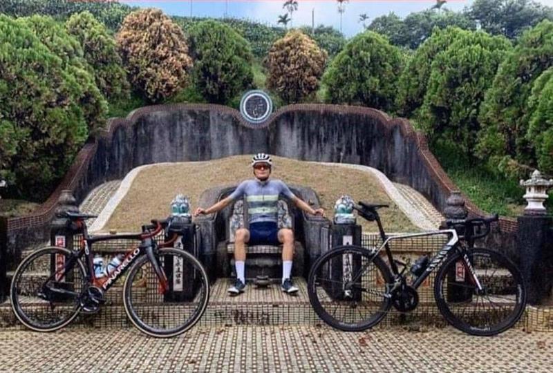 外國單車選手拍攝一張模仿皇帝跨坐墳墓的照片,民俗專家也警告觸犯大忌。(翻攝Anthon Charmig IG)
