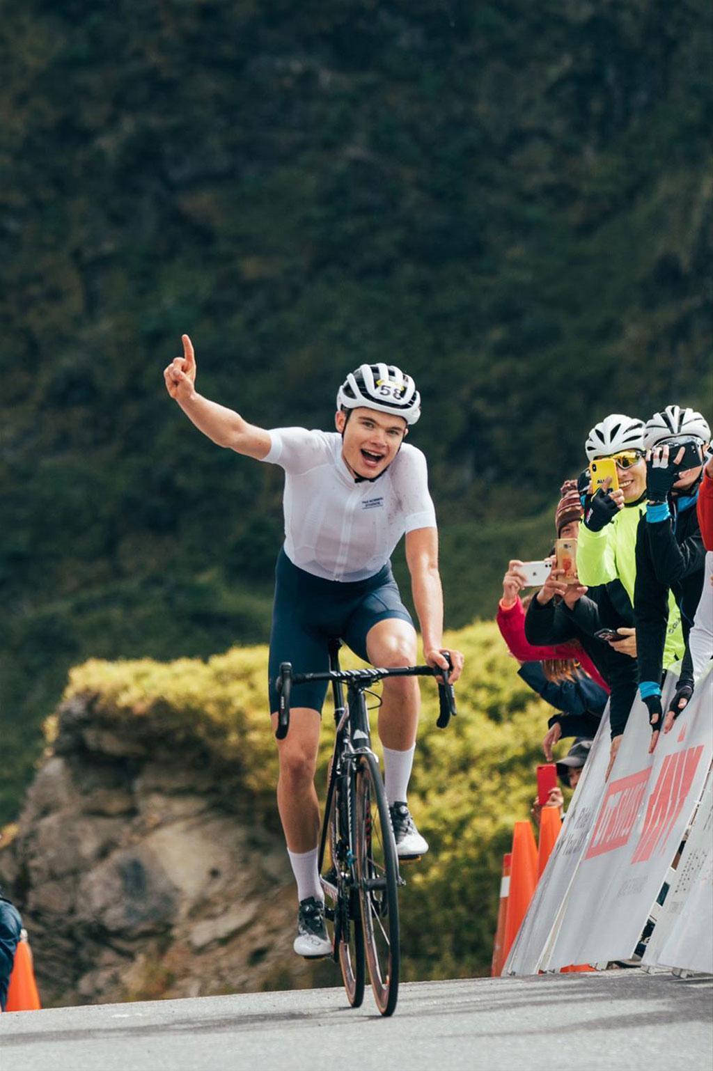 剛在東進武嶺賽事中奪得冠軍的丹麥選手Anthon Charmig,因跨坐他人墳墓引來熱議。(翻攝觀光局網站)