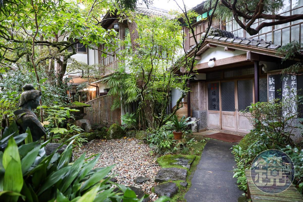 福田家的院子裡也有一座舞孃的塑像。