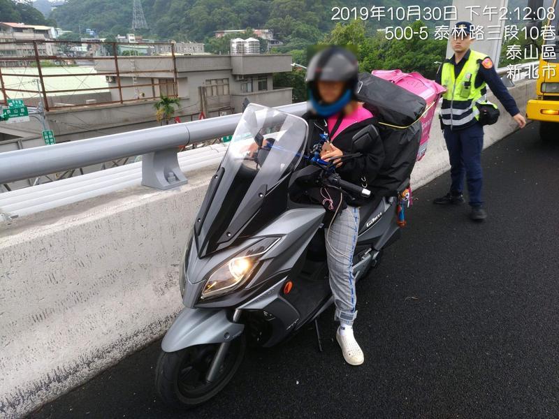 謝姓女外送員要送拉麵到台北,因導航設定錯誤上國道。(翻攝畫面)