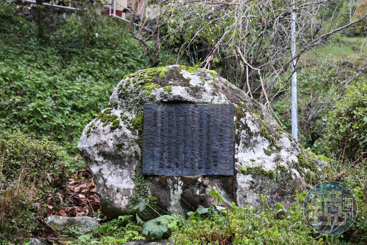 矗立在河邊的「伊豆踊子文學碑」,碑上浮刻川端康成的字跡。