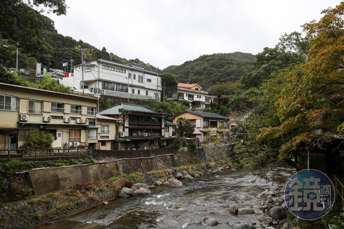 從福田家越過河津川看過去,便是小說中的公共浴場所在。