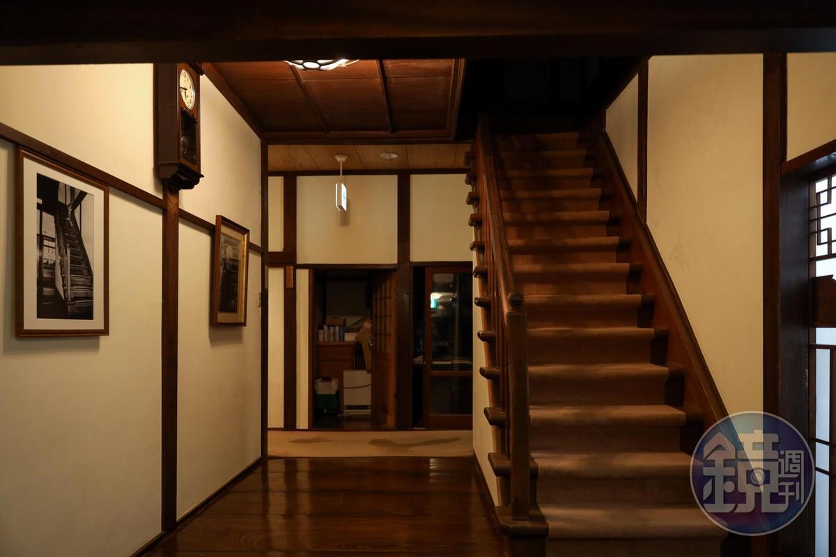 川端康成曾描述自己坐在樓梯上,看著舞孃在玄關跳舞。