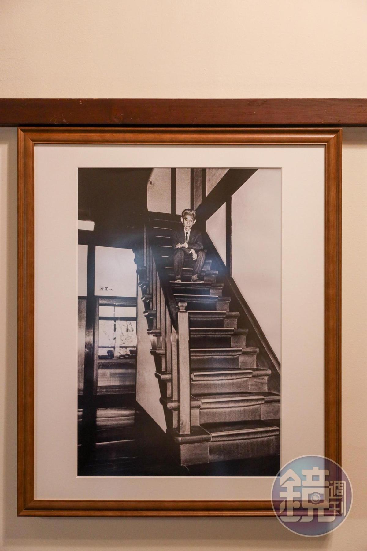 川端康成坐在湯本館樓梯上的老照片。