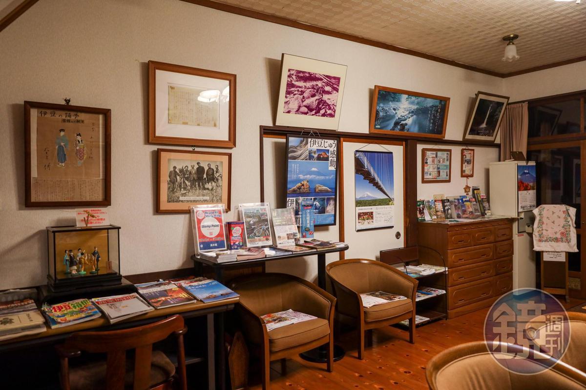 湯本館1樓大廳展示著各種關於伊豆與伊豆舞孃的文獻資料。