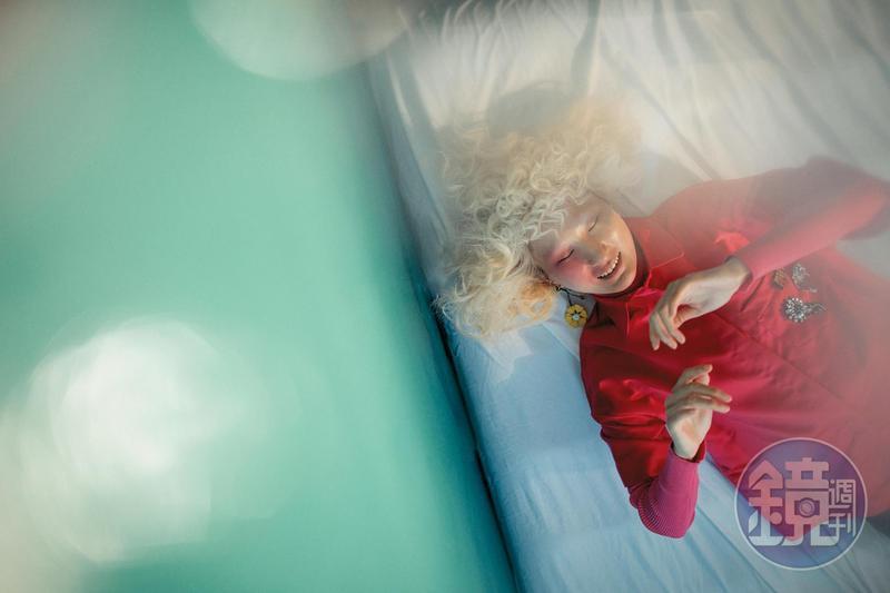 螢光粉口袋徽章短袖襯衫 NT$9,050 by Maje;粉紅色高領針織衫 NT$8,120 by Maje;皮革小雛菊耳環 NT$12,500 by PRADA