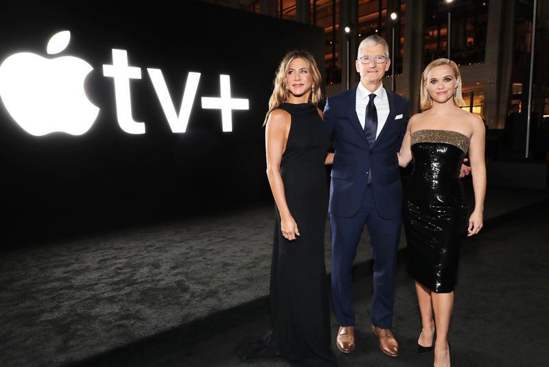 珍妮佛安妮斯頓(左起)、蘋果執行長提姆庫克、瑞絲薇斯朋出席《晨間直播秀》在紐約的首映活動。