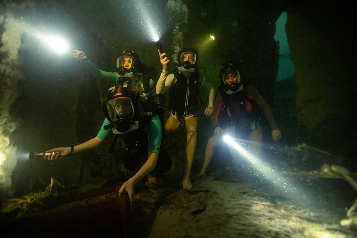 《絕鯊47:猛鯊出籠》四位進行潛水密境探險的女孩,與變種鯊魚展開生死對決。(車庫娛樂)