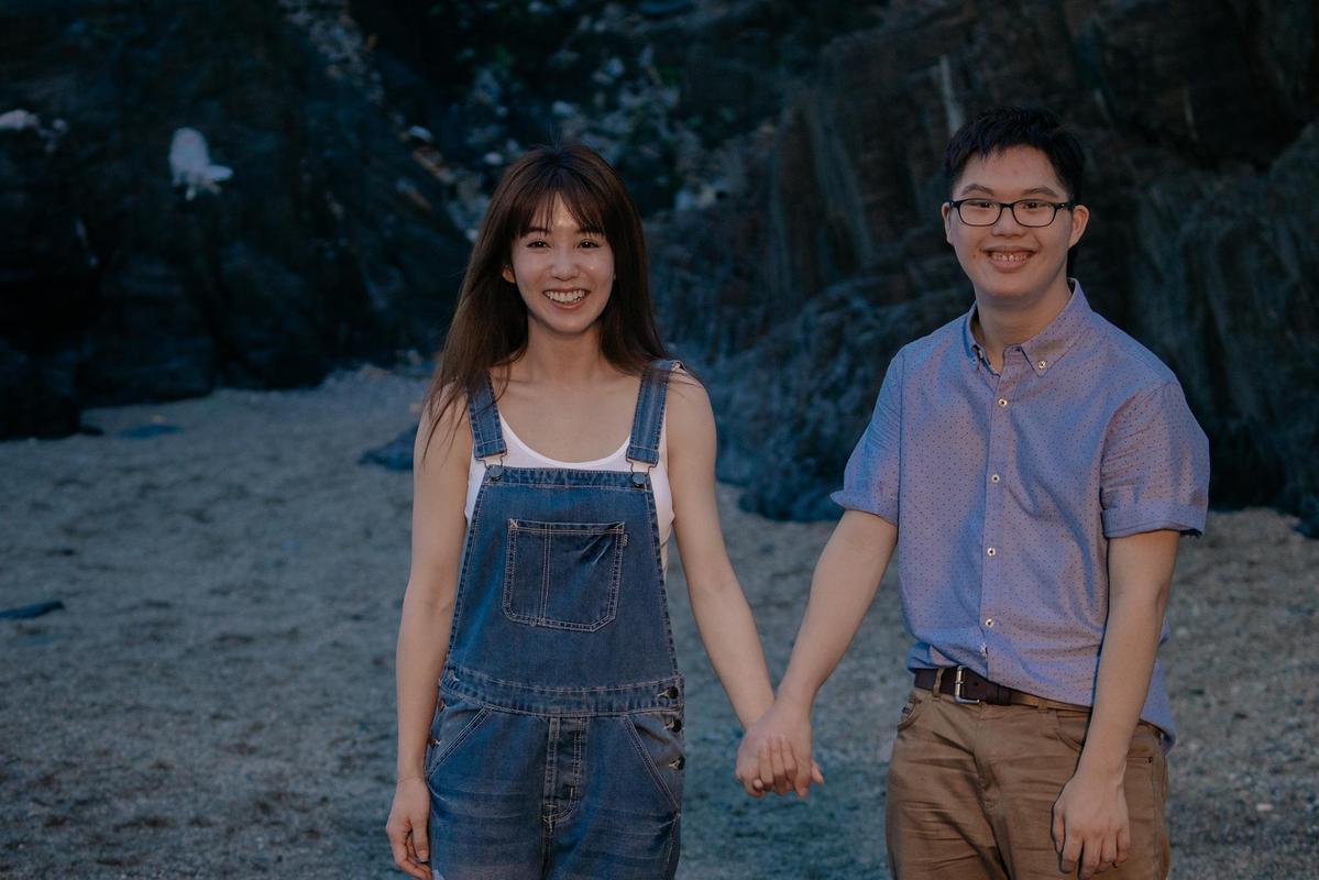 《傻傻愛你,傻傻愛我》郭書瑤(左)飾演小爛,蔡佳宏飾演康襄維,是他眼中的美人魚。(華映娛樂)