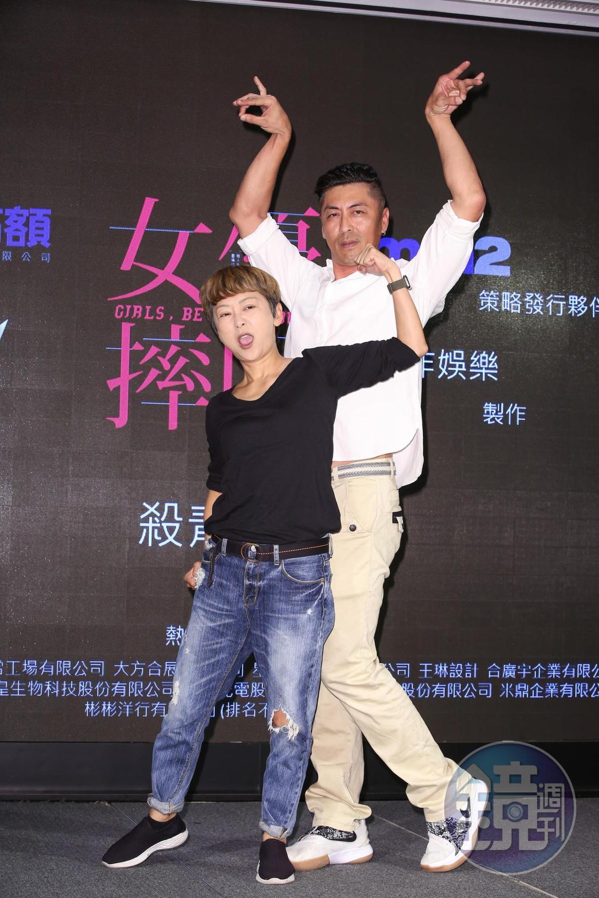 曹蘭(左)與那維勳飾演摔角運動前輩,瞬間變成「天龍地虎組」。