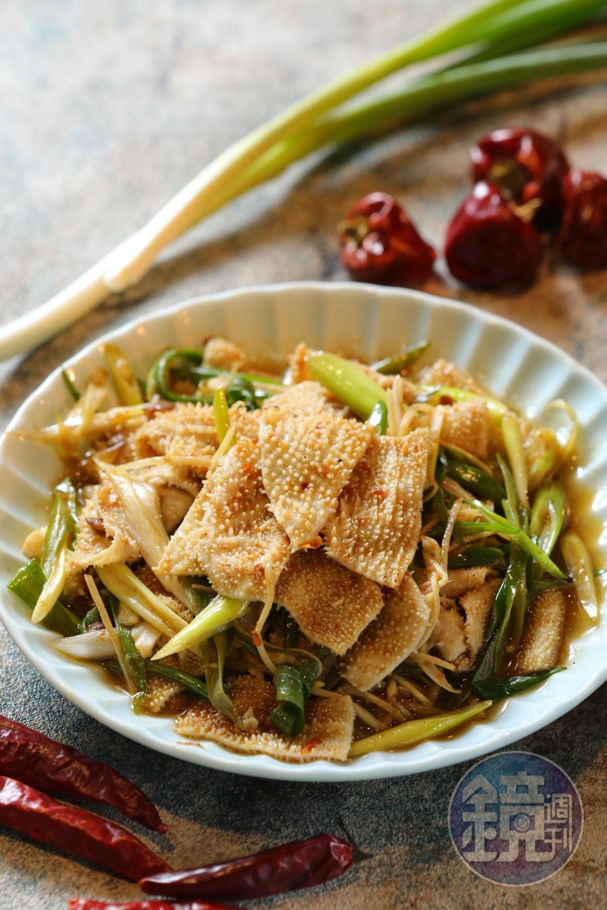 「百葉肚」以蔥油炒製,搭配醬汁脆甜爽口。(220元/份)