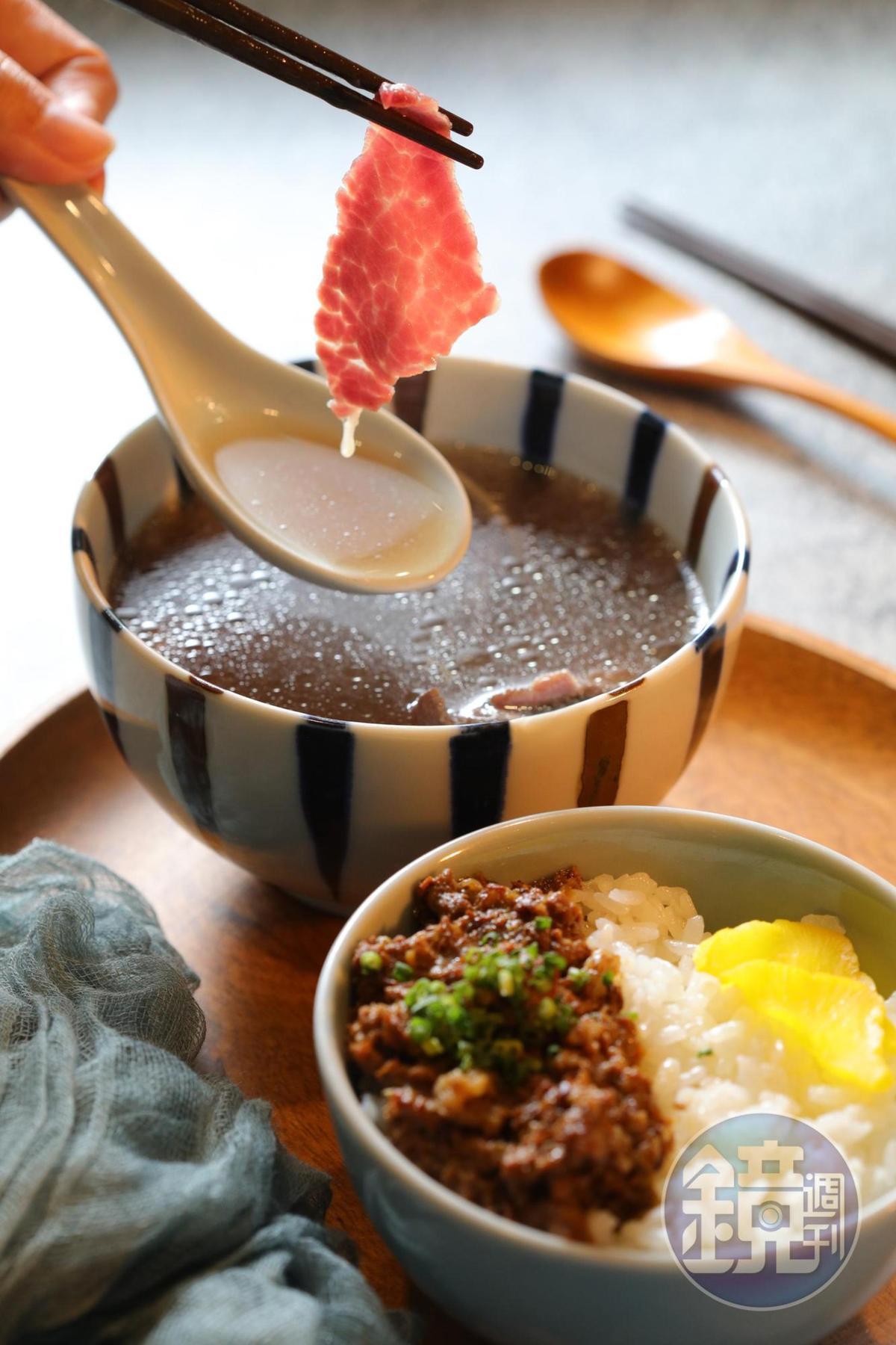 「五蔵牛燥飯」(30元/碗)用純牛腩做肉臊,與現燙的「新鮮牛肉湯」(100元/小碗)是絕配。