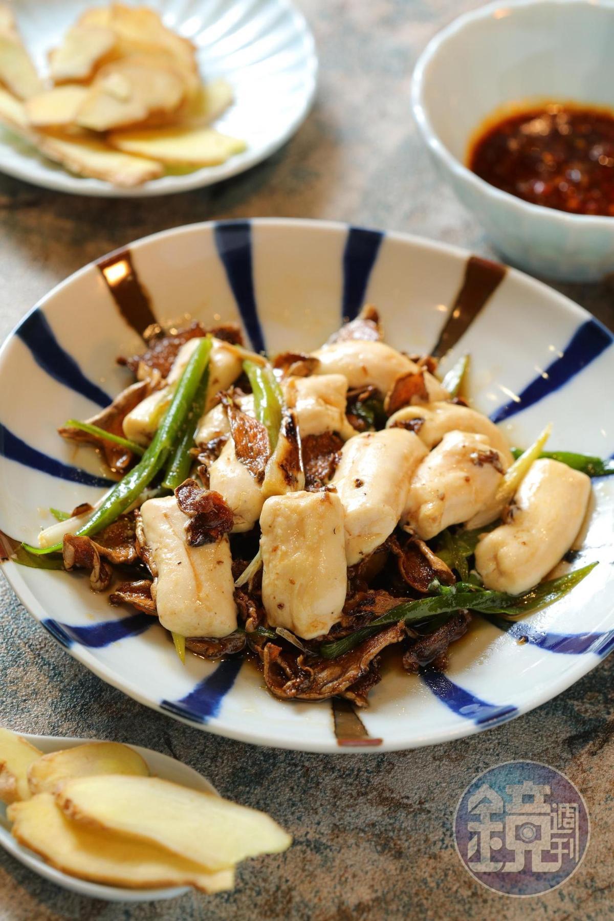 「薑片麻油牛骨髓」麻油爆薑片炒軟嫩如豆腐的骨髓,香氣滿點。(250元/份)
