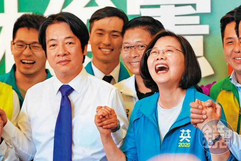 總統蔡英文與前行政院長賴清德2日首次在台南同框輔選立委,蔡直呼與賴並肩作戰感覺很好。(特約攝影林韋言)