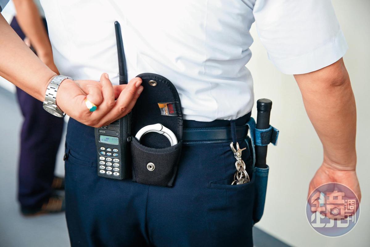 雄監2管理員放任受刑人痛毆獄友,遭收押禁見。圖中管理員非本案當事人。