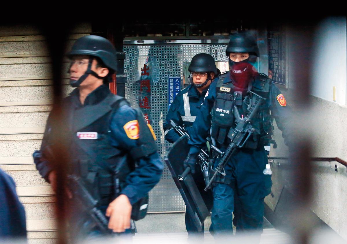 4年前的雄監挾持案,警方派出300名員警進行包圍。(東方IC)
