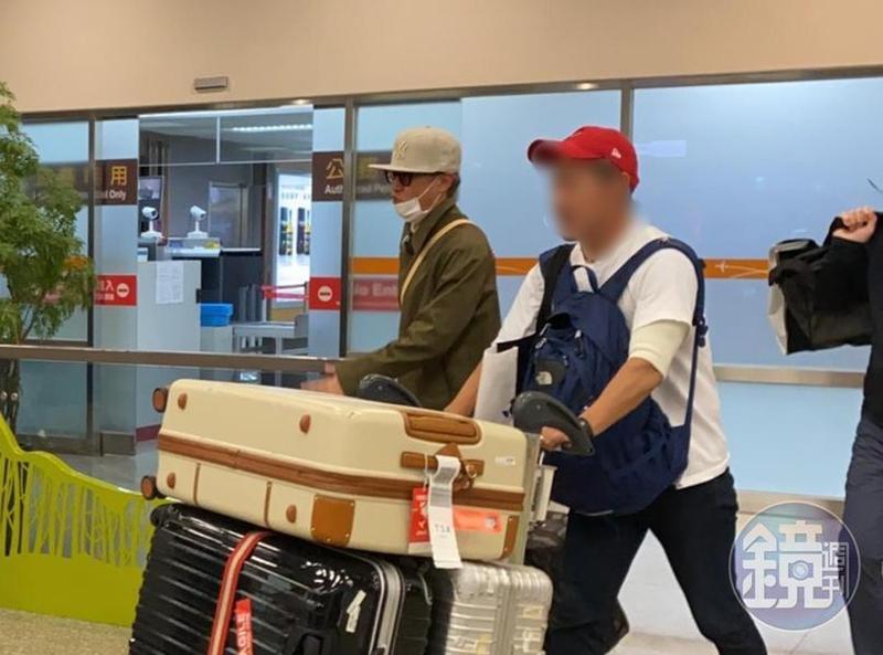 SMAP隊長中居正廣(戴米色帽子者)為「世界棒球12強賽」低調來台。(讀者提供)