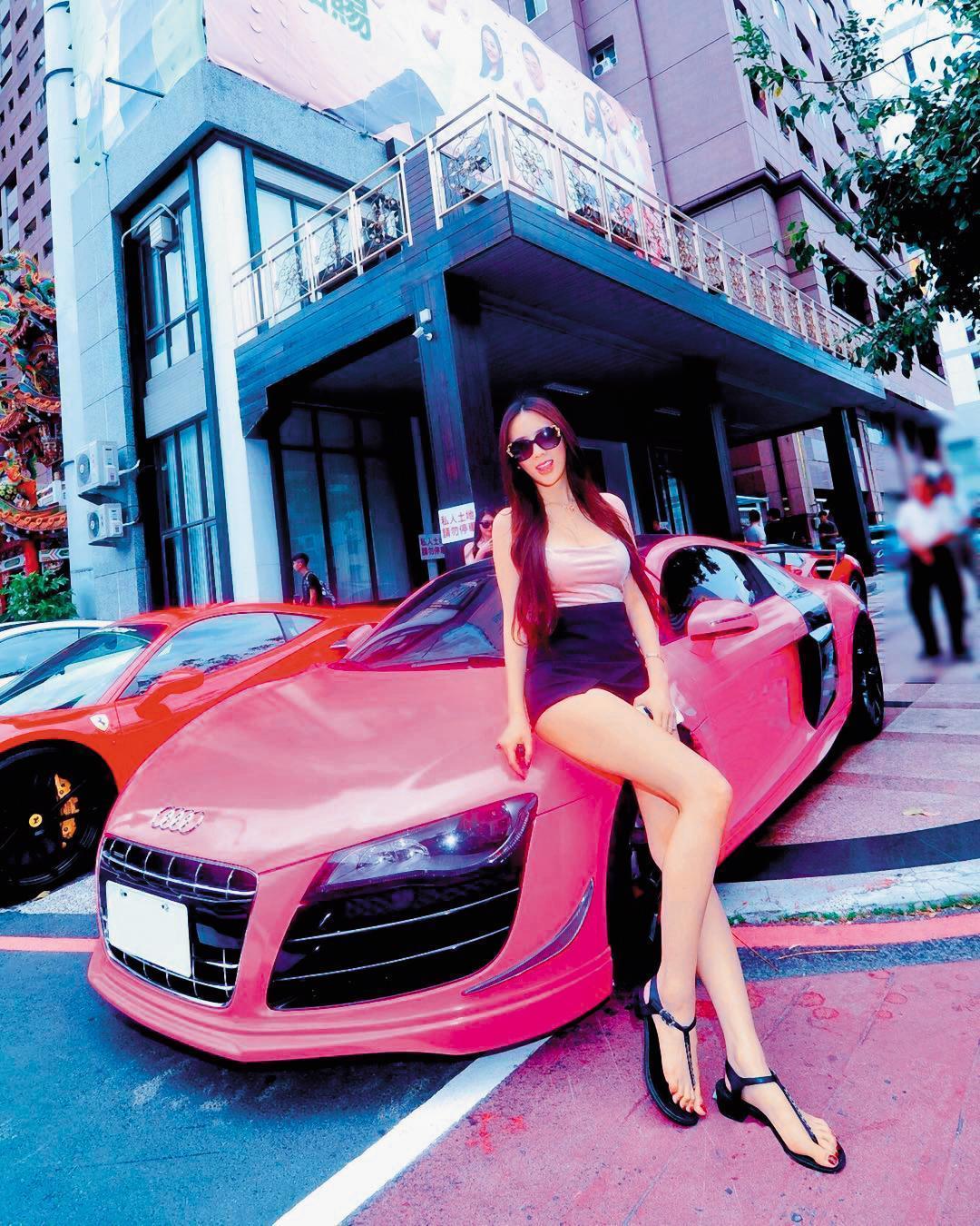 翁子涵(圖)遭爆接受富商餽贈跑車,但李光輝強調車子是她自行購買的。(翻攝自翁子涵IG)