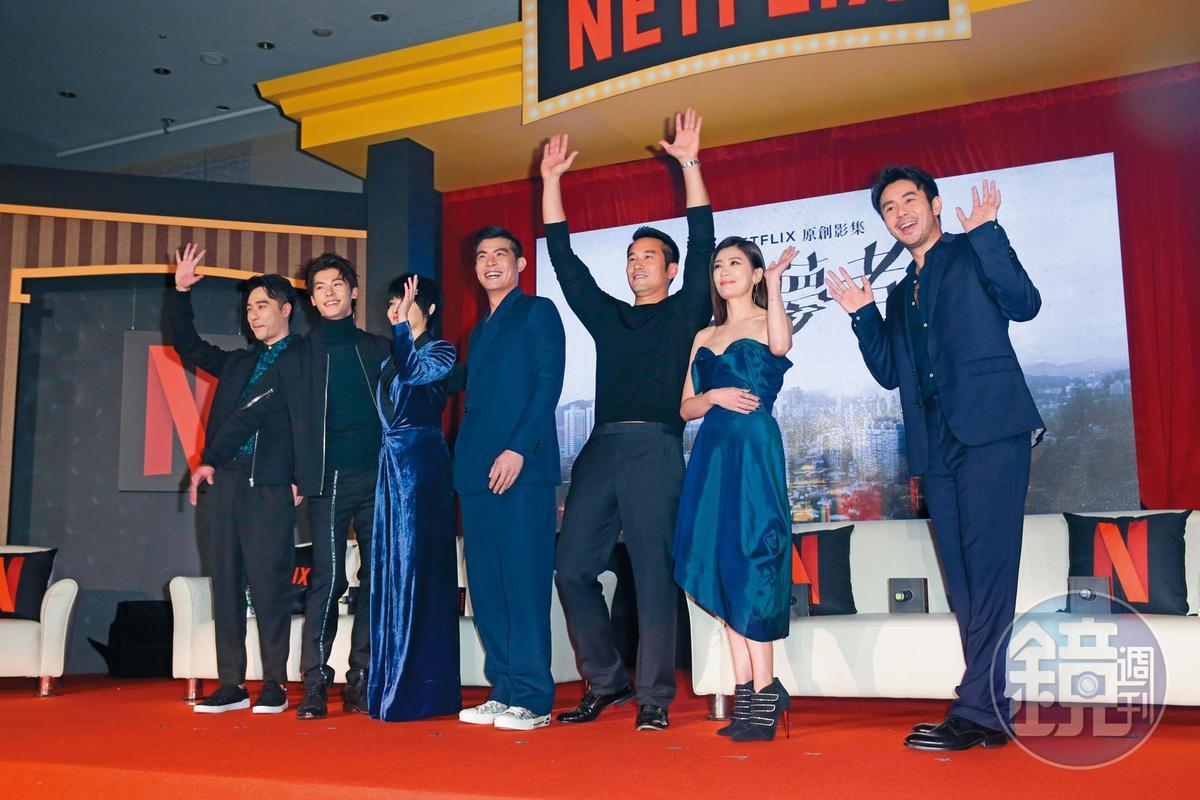張孝全(右3)在一群男女演員排排站時,顯得異常活潑。