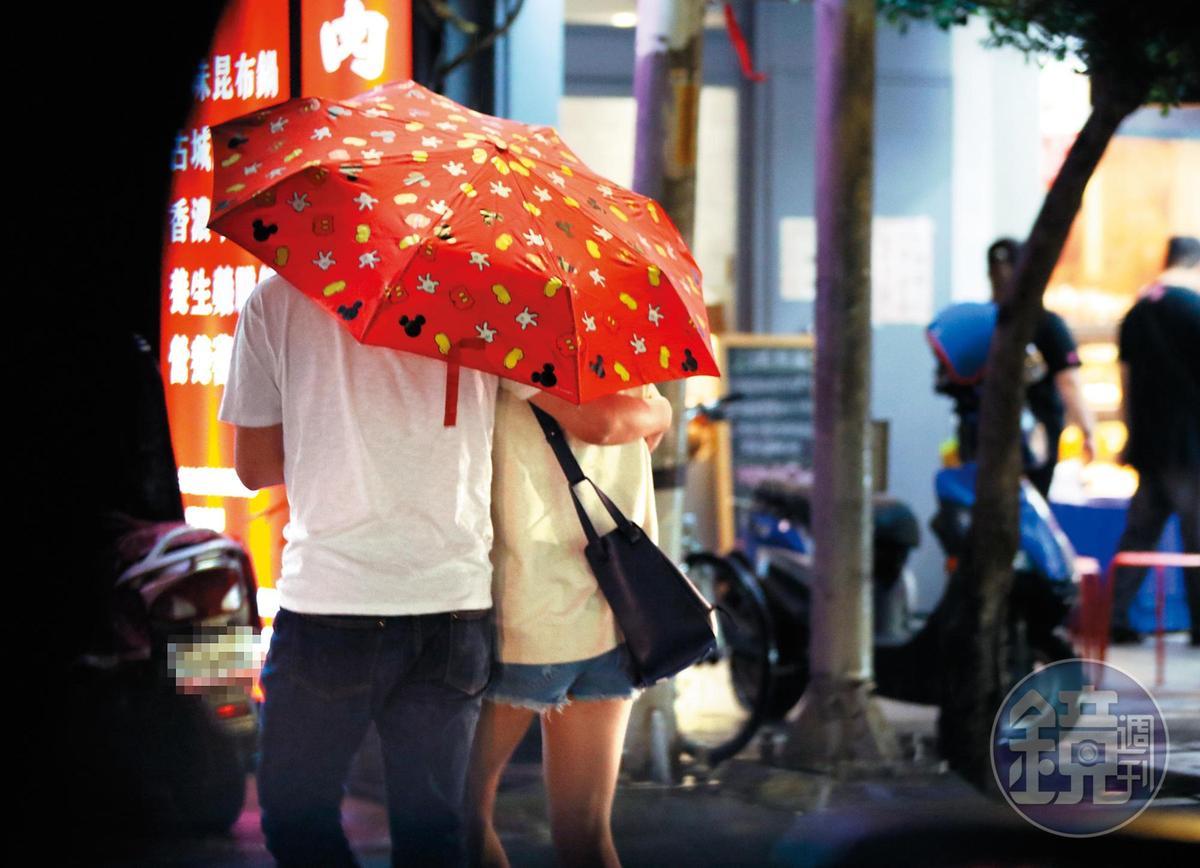 下雨時,助理不僅幫主子撐傘,還伸手搭肩,擔心她被雨淋到。