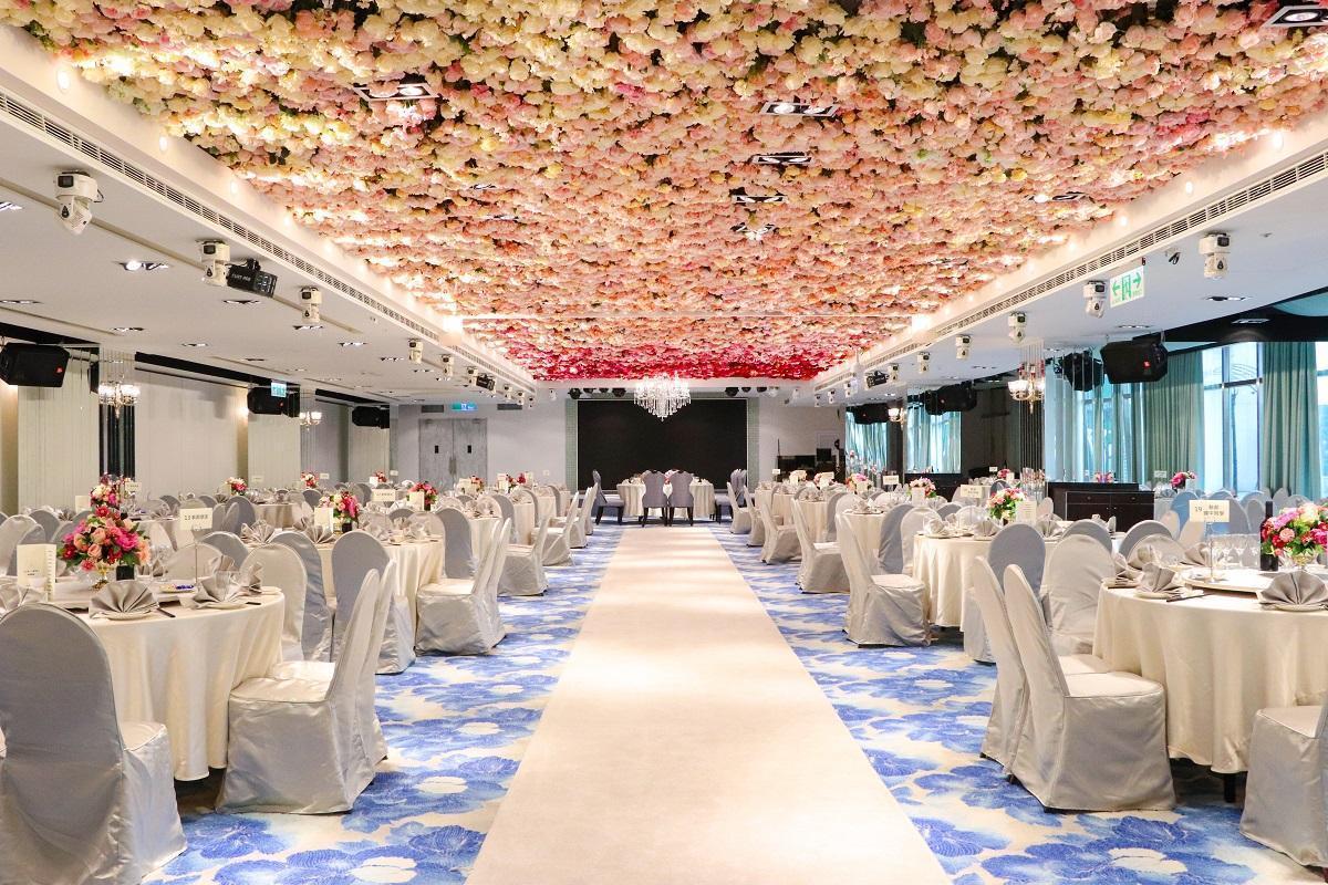 「花之圓舞曲」運用大量的粉、白及紅色系玫瑰,呈現典雅浪漫的花海視覺。