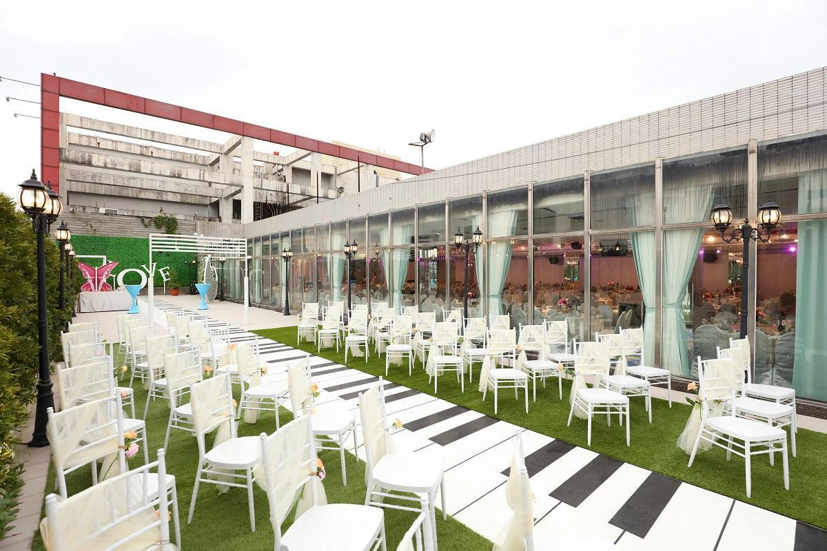 VIP戶外證婚區,有露天開放的空間,讓溫暖的陽光,灑落在新人的身上。