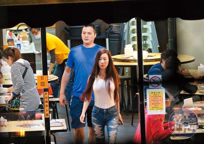 去年,安晨妤曾被拍到與兒子的羽球教練打完球後,相約一起用餐。